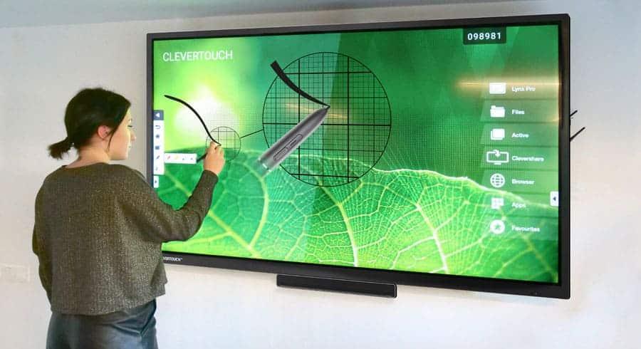 un écran interactif en action dans une salle de réunion