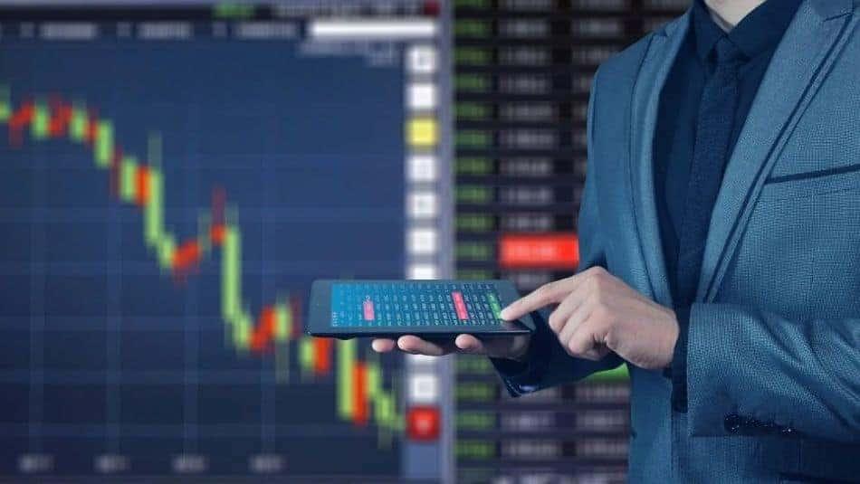 Investisseur devant une courbe de la bourse