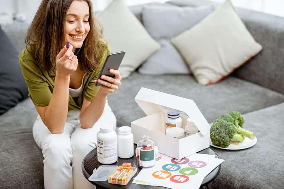 femme prenant compléments alimentaires
