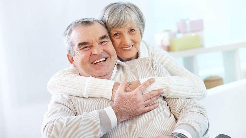 Couple de personnes agées heureux