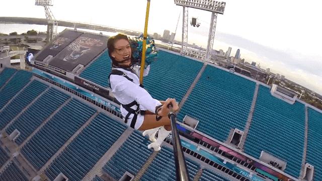 Saut à l'élastique en caméra embarquée dans un stade de NFL